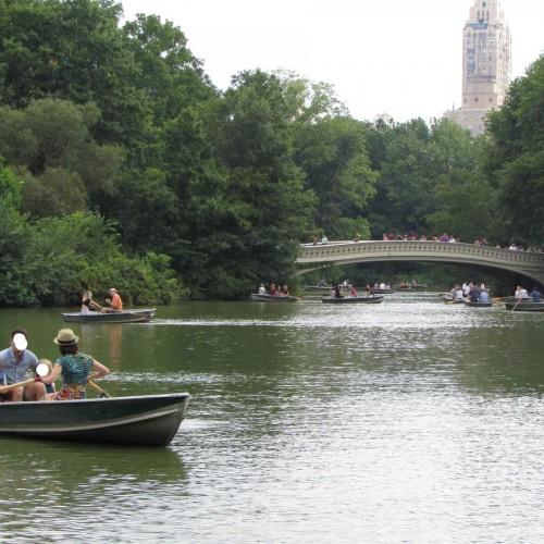 אנשים שטים בסנטרל פארק בקייץ