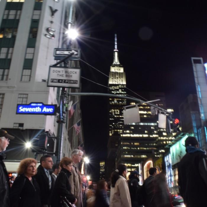 צילום אנשים מגובה נמוך ביחס לבניין גבוה נותן תוצאה מעניינת יותר מצילום בגובה העיניים