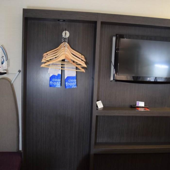 הארון והטלוויזיה, שימו לב עד כמה הארון מצומצם מלון קומפורט אין מידטאון ווסט ניו יורק