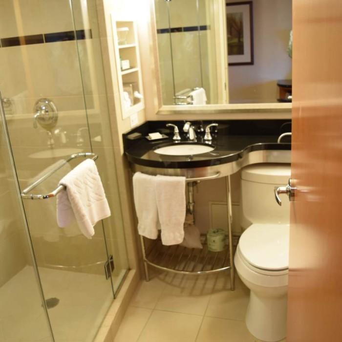 חדר המקלחת מלון הילטון מידטאון ניו יורק