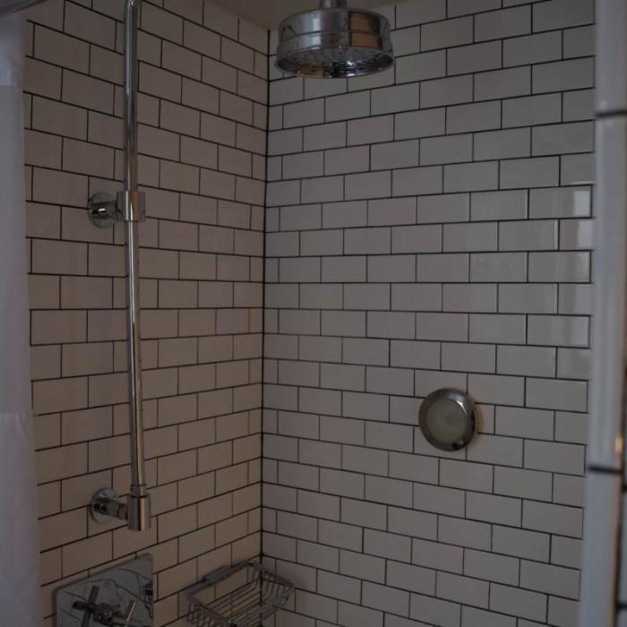 המקלחת בחדר מלון פוד 51 ניו יורק