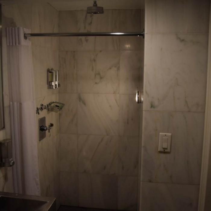 המקלחת הציבורית מלון פוד 51 ניו יורק