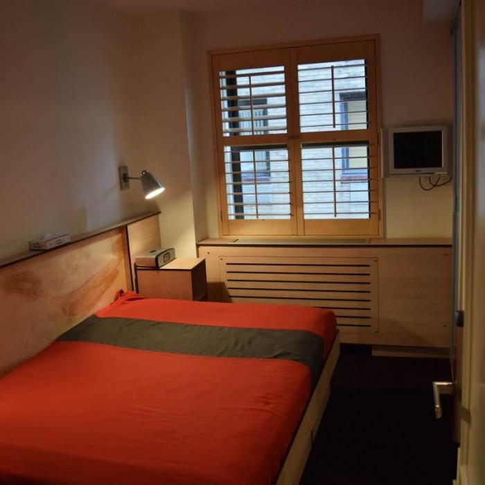 חדר עם מקלחת (מצד ימין). יש קטנים ממנו ובהם יש מיטת קומותיים ומקלחת חיצונית מלון פוד 51 ניו יורק
