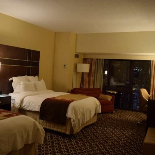 חדר עם מיטה כפולה מלון מריוט מרקיז ניו יורק