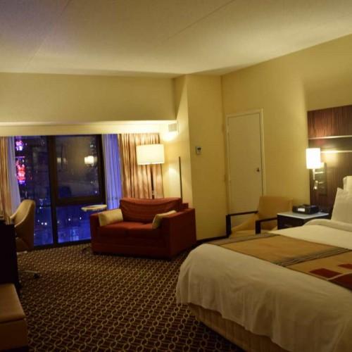 חדר עם מיטת קינג גדול בהרבה מהרגיל מלון מריוט מרקיז ניו יורק