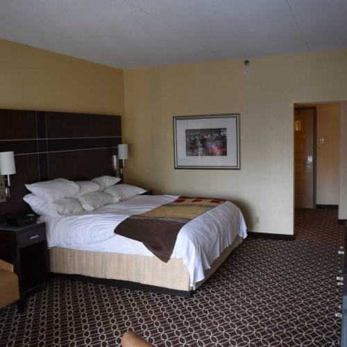 חדר עם מיטת קינג ביום מלון מריוט מרקיז ניו יורק