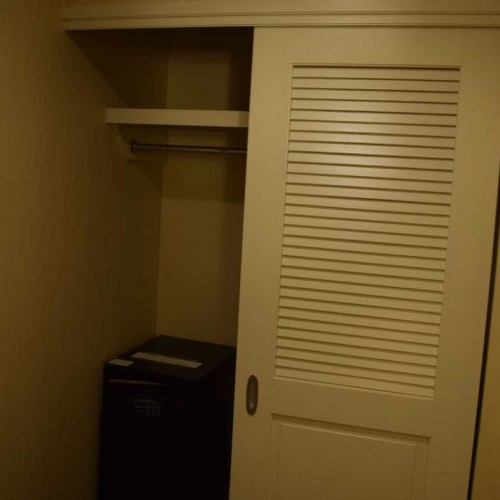 הארון חדר עם מיטת קינג מלון מריוט מרקיז ניו יורק