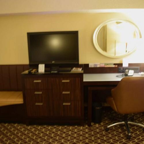 טלוויזיה ושולחן כתיבה חדר עם מיטת קינג מלון מריוט מרקיז ניו יורק
