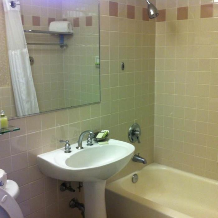 חדר האמבטיה מלון רוזוולט ניו יורק