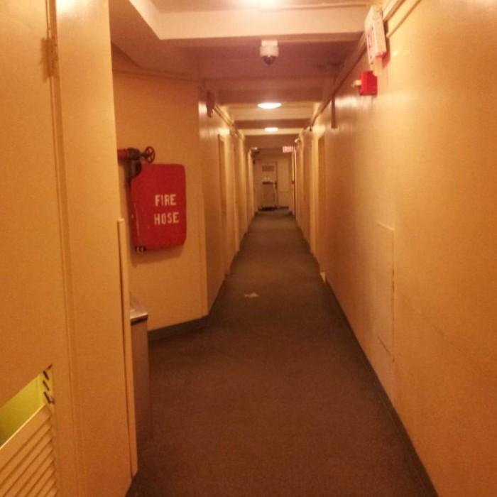 מסדרון בקומת החדרים מלון YMCA ווסט סייד ניו יורק
