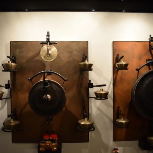 המוזיקה בוקעת מכלי הפח האלו, סטייל תפילה בודהיסטית מלון אייס ניו יורק