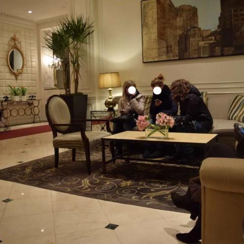 פינת ישיבה בקומת הכניסה מלון וורוויק ניו יורק