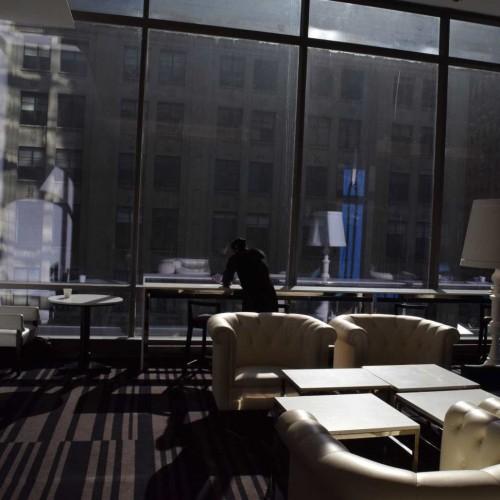 הלובי, חלונות ענקיים ונוף יפה אל שדרות ברודווי מלון רזידנס אין סנטרל פארק ניו יורק