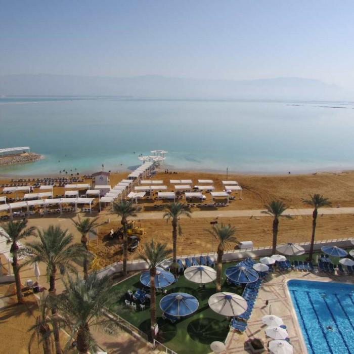 החוף צמוד למלון מלון קראון פלאזה ים המלח