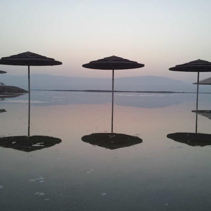 החוף בזריחה מלון קראון פלאזה ים המלח