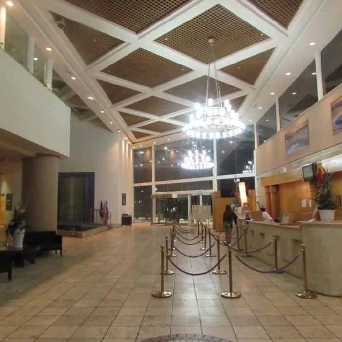 הכניסה למלון בלילה מלון קראון פלאזה ים המלח