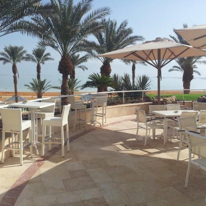פינת ישיבה חיצונית מלון קראון פלאזה ים המלח