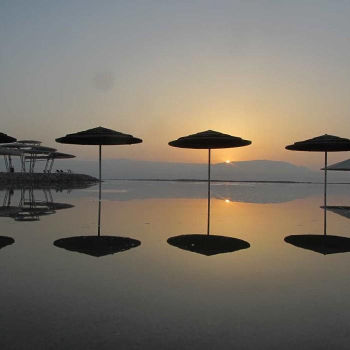 החוף בזריחה מלון הרודס ים המלח