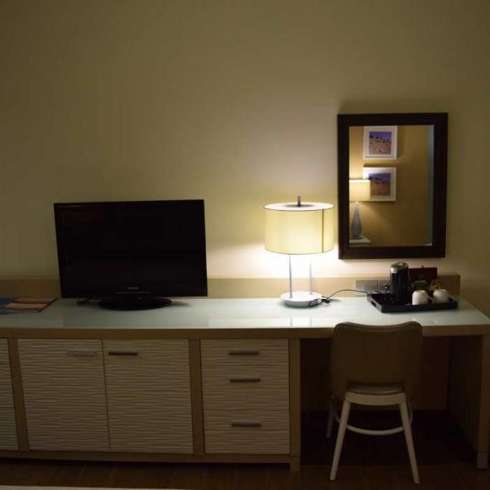 הטלוויזיה ושולחן מלון הרודס ים המלח