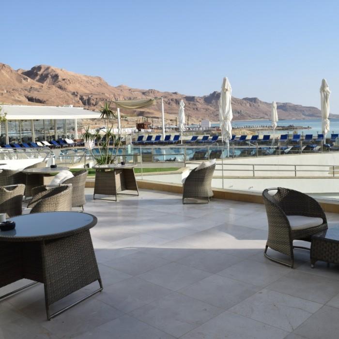 פינת ישיבה חיצונית מלון הוד המדבר ים המלח