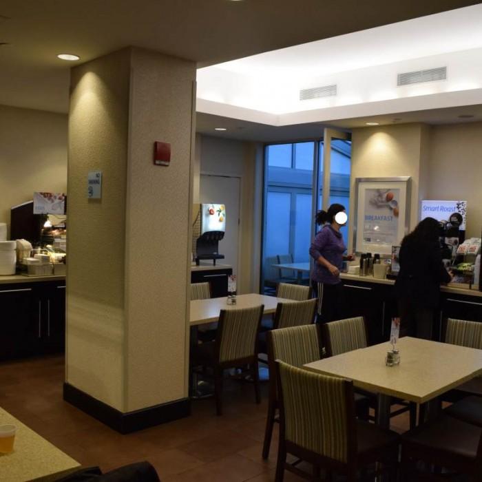 חדר ארוחת הבוקר מלון הולידיי אין אקספרס טיימס סקוור דרום ניו יורק