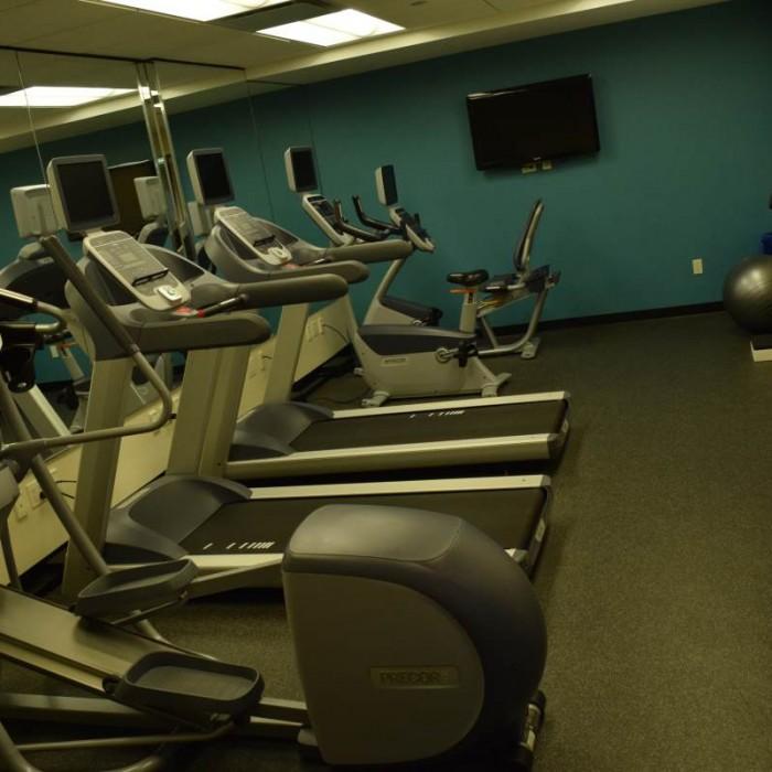 חדר כושר במרתף מלון הולידיי אין אקספרס טיימס סקוור דרום ניו יורק