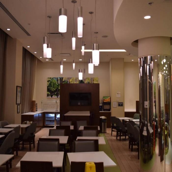 חדר האוכל, החלק האחורי של הלובי מלון ספרינג היל סוויטס SpringHill Suites