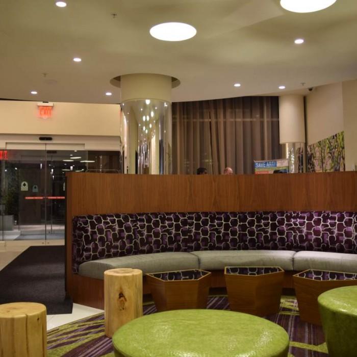 הכניסה למלון והלובי מבפנים החוצה מלון ספרינג היל סוויטס SpringHill Suites