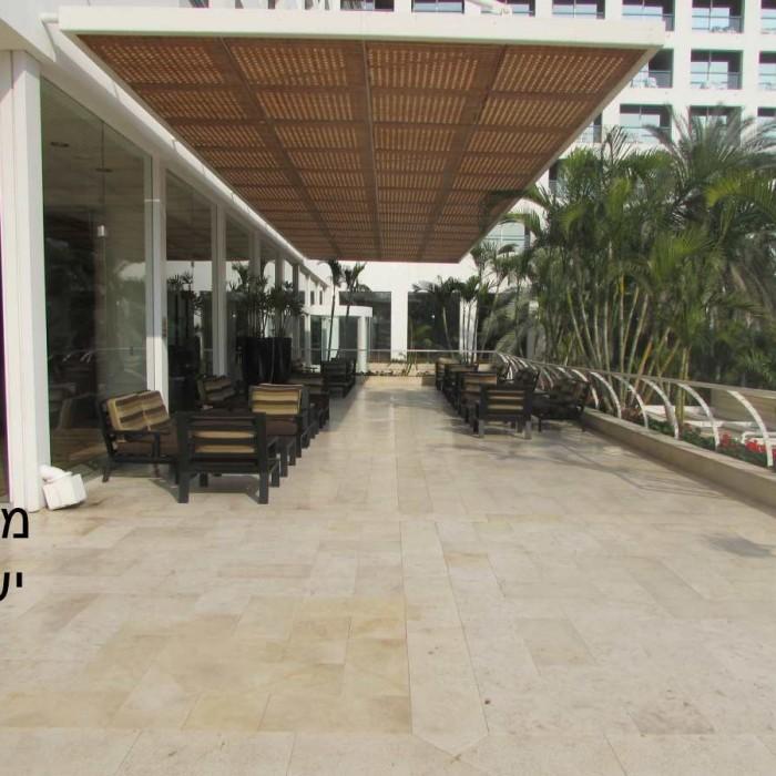 מתחם ישיבה חיצונית מלון ישרוטל ים המלח
