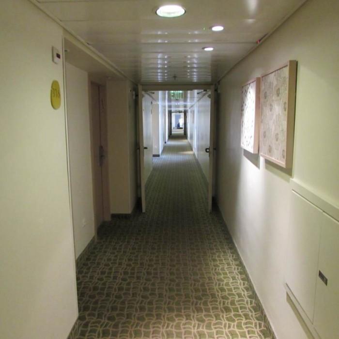 מסדרון בקומת החדרים מלון ישרוטל גנים ים המלח