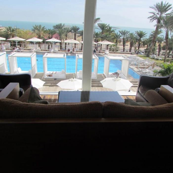 הנוף מהלובי אל הבריכה והים מלון ישרוטל גנים ים המלח