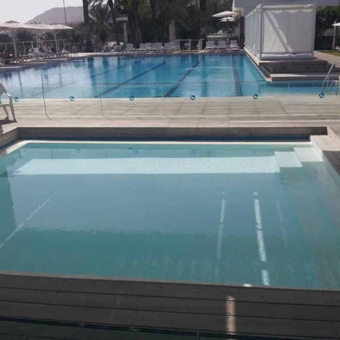 בריכת פעוטות והבריכה הראשית מלון ישרוטל גנים ים המלח