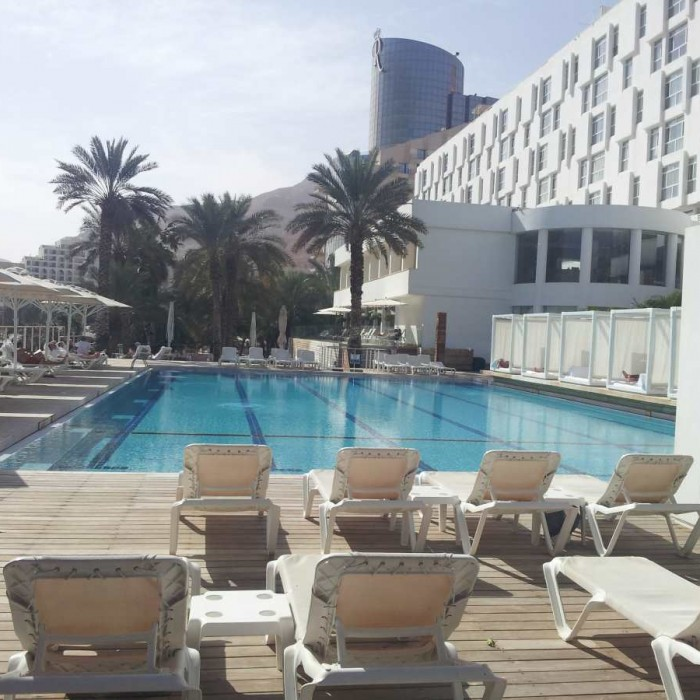 הבריכה מלון ישרוטל גנים ים המלח