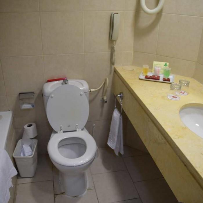 חדר האמבטיה מלון לאונרדו קלאב ים המלח