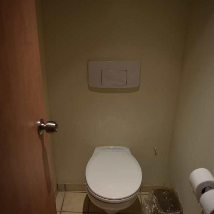 שירותים ממוקמים בחדרון נפרד מהאמבטיה מלון לאונרדו פריוילג' ים המלח