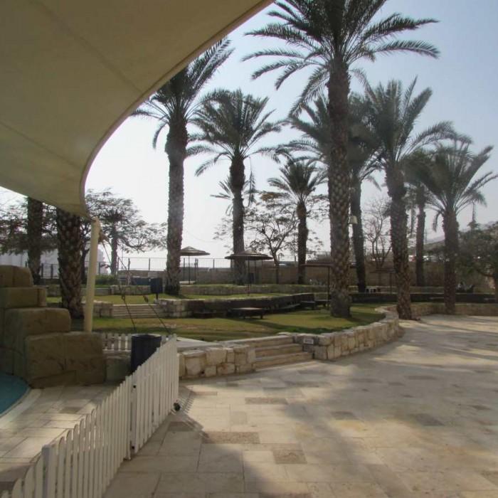 מתחם ישיבה סמוך לבריכה מלון לאונרדו פריוילג' ים המלח