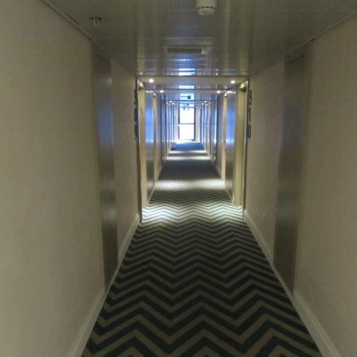 מסדרון בקומת החדרים מלון אואזיס ים המלח