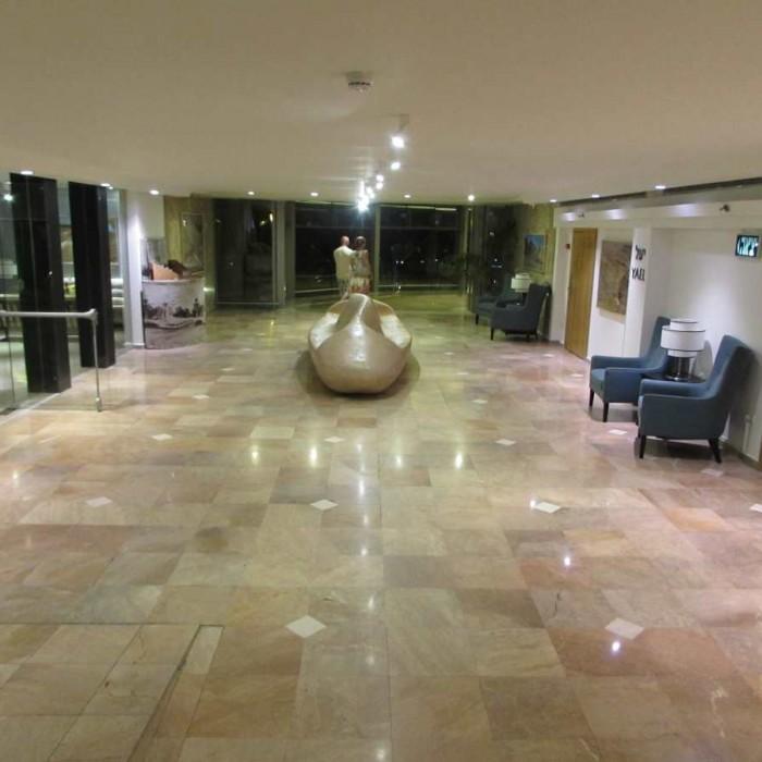 מסדרון בקומת הכניסה מלון אואזיס ים המלח