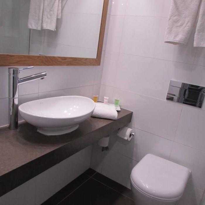חדר המקלחת מלון אואזיס ים המלח
