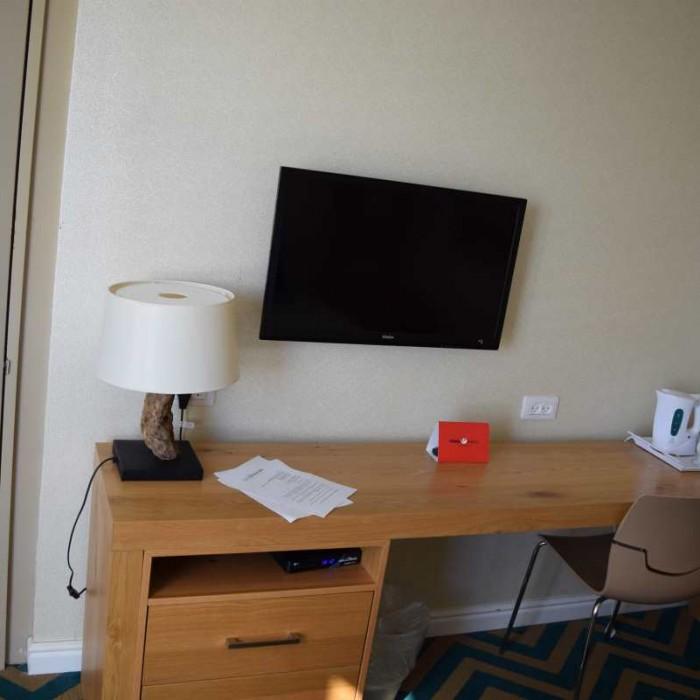 הריהוט בחדר מלון אואזיס ים המלח