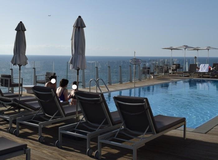 בריכה יפיפיה בקומה ה- 17 מלון קרלטון תל אביב