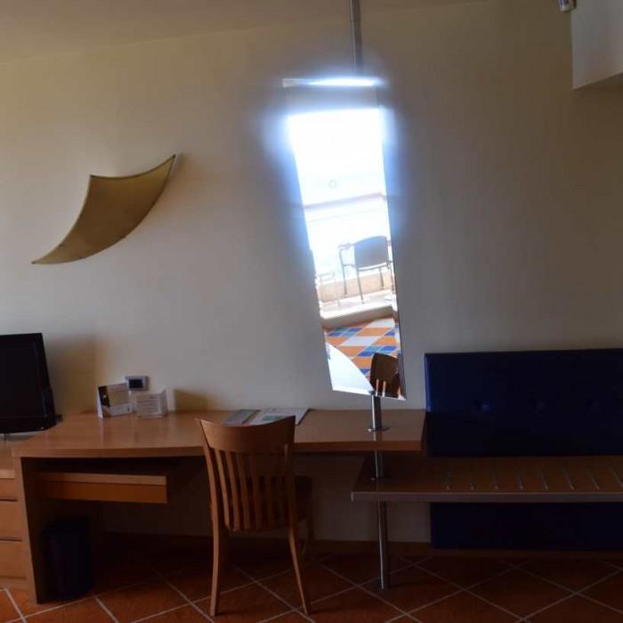 שולחן וטלוויזיה החדר מלון דן אילת
