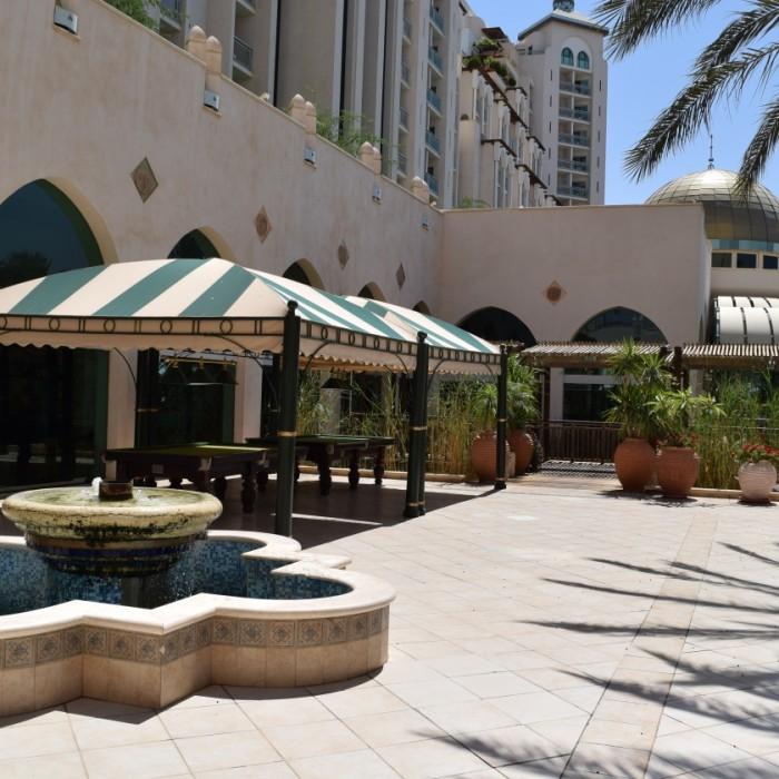 שטחי ישיבה בחוץ מלון הרודס פאלאס אילת