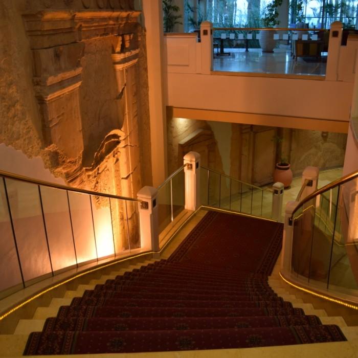 מדרגות בלובי מלון הרודס פאלאס אילת