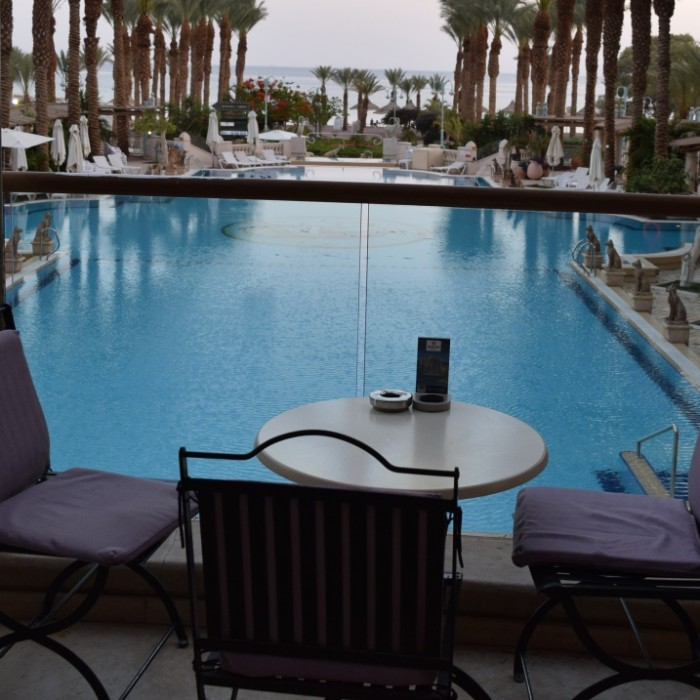 פינת ישיבה ליד הבריכה מלון הרודס פאלאס אילת