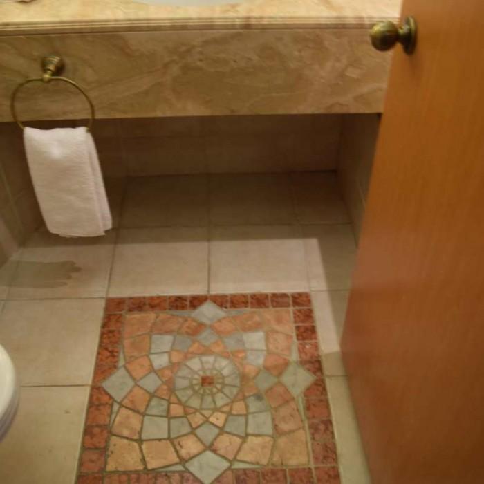 עיטורים בחדר האמבטיה החדר מלון הילטון אילת