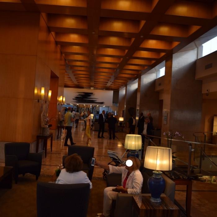 הכניסה למלון בלילה מלון הילטון תל אביב