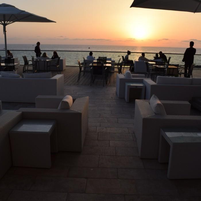בשקיעה שטח ישיבה חיצוני מלון הילטון תל אביב