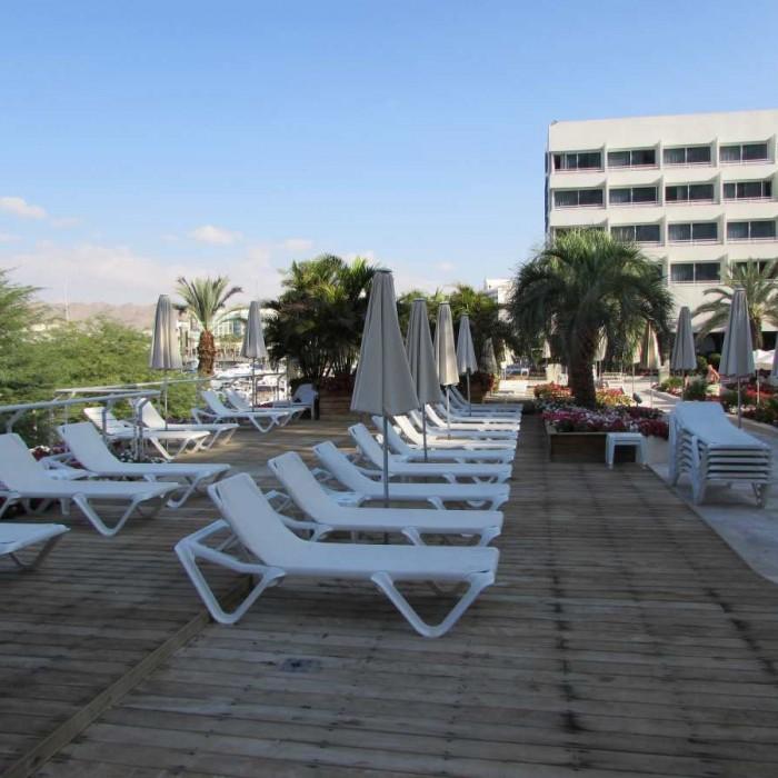 מקומות ישיבה בבריכה מלון ישרוטל לגונה אילת