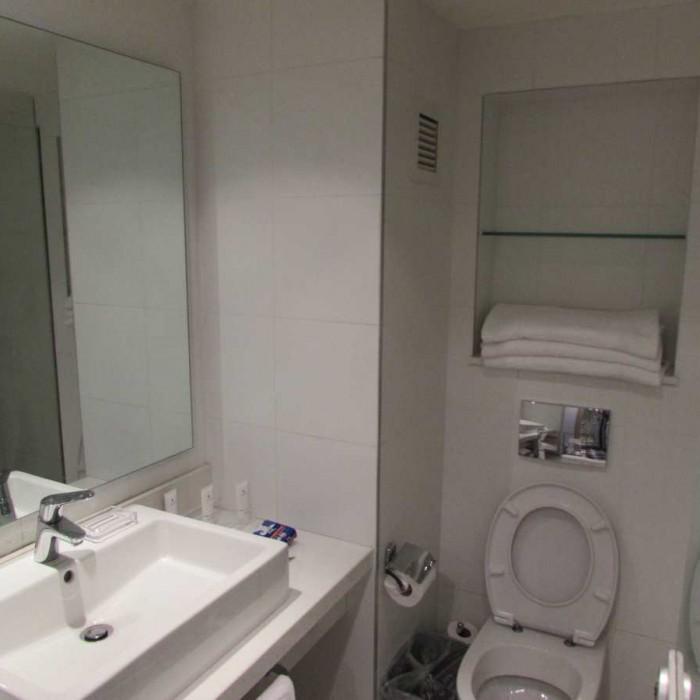חדר המקלחת החדר מלון ישרוטל ספורט קלאב אילת